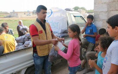 توزيع تمور في مخيمات الريف الشمالي لمدينة حلب